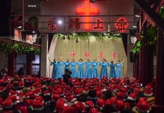 Праздничный концерт в городе Фуян в провинции Аньхой на востоке Китая