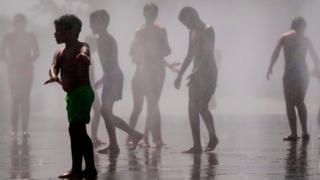 Дети в фонтане в Испании