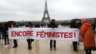 'Halen feminist' yazan pankart