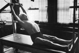 Joseph H. Pilates en su estudio en Nueva York alrededor de 1960.