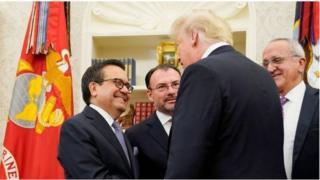 မက္ကဆီကို စီးပွားရေး ဝန်ကြီးနဲ့ အမေရိကန် သမ္မတတို့ လက်ဆွဲနှုတ်ဆက်နေစဉ်။