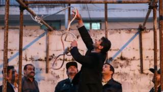 İran'da idam cezasının infazı öncesi çekilmiş bir fotoğraf