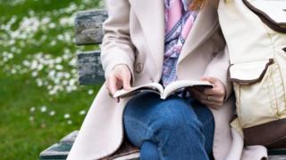 Mujer leyendo un libro.