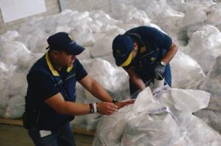Kolombiya'daki insani yardım görevlileri, Venezuela sınırına yakın bir depoda gönderilecek yardımları ayarlıyor