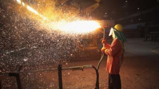 一名鋼鐵廠工人在工作