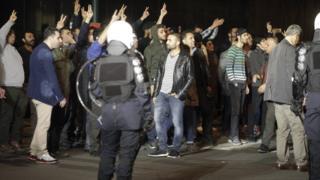 Brüksel'de zafer işaretleri yapan Türkiye kökenli grup