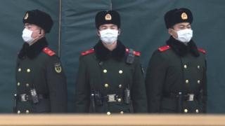 Polisi China menggunakan masker.
