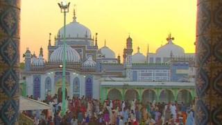 পাকিস্তানের আধ্যাত্মিকতায় এবং রাজনীতিতে দেশটির পীর বা সুফিসাধকদের প্রভাব রয়েছে