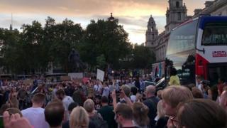 ဗြိတိသျှ ပါလီမန် ဆိုင်းငံ့တာကို ဆန့်ကျင် ဆန္ဒပြနေကြ