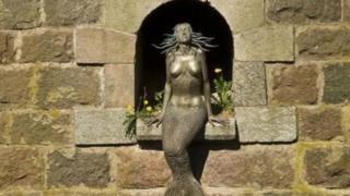 居民們說,如果你進入共和國時,盯著奧蘇比斯美人魚的眼睛,你將再也不想離開這裏