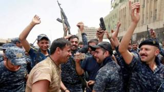 Үч жыл мурун дүрбөлөңгө түшүп Мосулдан качып кеткен Ирак армиясы үчүн бул жеңиш абдан маанилүү болду.