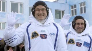 Norishige Kanai e Anton Shkaplerov ao embarcar para a missão