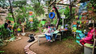 Área abandonada e cheia de lixo foi transformada pelas crianças em um bosque