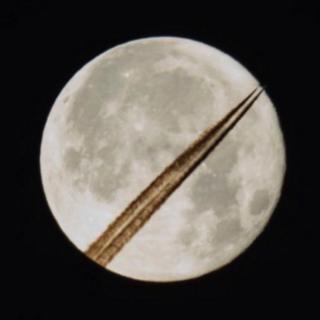 Корреспондент Би-би-си по вопросам безопасности Франк Гарднер сфотографировал инверсионный след самолета на фоне суперлуны.