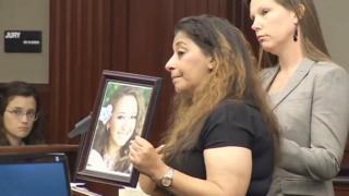 Darlene Farah com foto da filha durante julgamento