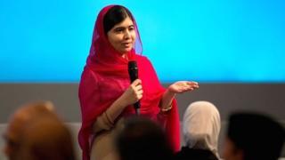 En 2012, elle avait survécu à un attentat des talibans qui avaient tiré sur le bus scolaire qui la ramenait de son école de Mingora, dans la vallée de Swat, au Pakistan.