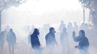 ผู้ประท้วงสวมหน้ากากป้องกันแก๊สน้ำตา