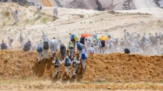 Одягнені в білий захисний одяг, протестувальники наблизились до шахти з різних боків, аби обійти поліцію