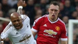 Phil Jones de Manchester United est de retour dans le groupe après une blessure