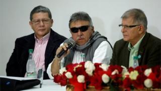 Jesus Santrich (centre) speaks during a news conference in Bogota, (16/11/2017)