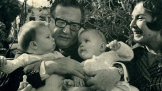 Marcia Tambutti (bebé a la izq.) con Salvador Allende, otro bebé y Hortensia Bussi