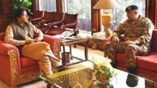 विश्लेषकहरू इमरान खान र जनरल बाजवाबिचको सम्बन्ध निकै अद्भूत रहेको बताउँछन्