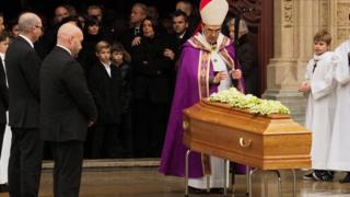El arzobispo Philippe Barbari encabezó la ceremonia de despedida de Bocuse.