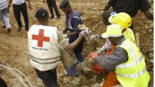 Des agents de la Croix-Rouge Nigériane sortant un cadavre des décombres d'un bâtiment effondré (Archives)