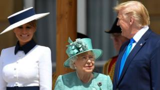 女王伊丽莎白二世在白金汉宫欢迎特朗普总统和夫人