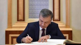 Президент Мирзиёев имзо қўяётган пайт