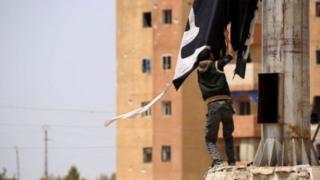 Сириялык көтөрүлүшчүлөр «ИМ» тобун Табкадан сүрүп чыгарды