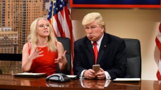 """Kate McKinnon como Kellyanne Conway y Alec Baldwin como Donald Trump en el programa """"Saturday Night Live""""."""
