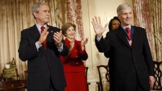 رایان کراکر (راست) تا پیش از بازنشستگی، از سوی چهار رئیسجمهور اخیر آمریکا از جمله جورج بوش پسر (چپ) به عنوان سفیر در کشورهای خارومیانه حضور داشت