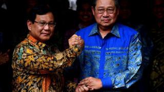 Ketua Umum Partai Gerindra Prabowo Subianto (kiri) berjabat tangan dengan Ketua Umum Partai Demokrat Susilo Bambang Yudhoyono (kanan) usai pertemuan tertutup di kediaman Prabowo, Jalan Kertanegara, Jakarta Selatan, Senin (30/7).