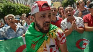 متظاهر جزائري يهتف خلال الاحتجاجات الأسبوعية في العاصمة