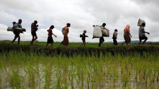 عائلة من الروهينجا أثناء عبورها الحدود إلى بنغلاديش المجاورة. (1 سبتمبر/أيلول)