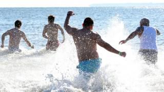 Людям, які плавають у морі, частіше загрожують захворювання вух та гострі розлади травлення