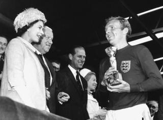 بابی مور، کاپیتان تیم انگلستان