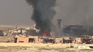 空港近くでISが拠点にしていた砂糖工場から火が上がった