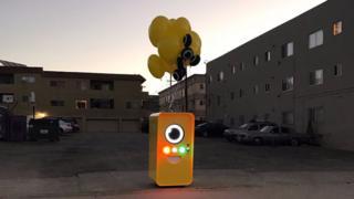 Una máquina expendedora de los lentes de Snap en un estacionamiento de Los Ángeles.