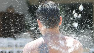 Hombre con una ducha