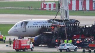 حطام الطائرة يظهر احتراق الجزء الخلفي منها