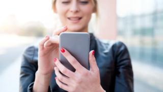 Mujer usando su celular