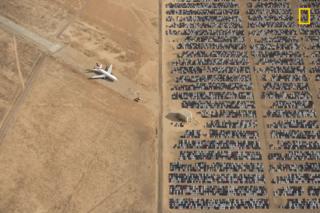 Foto desierto de coches.