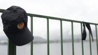 Quepe de um policial militar do Rio Janeiro e fita preta