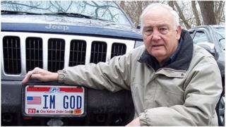 Bennie Hart dan plat mobilnya