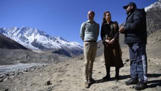 O duque e a duquesa de Cambridge conversam com o Dr. Furrukh Bashir durante uma visita à geleira de Chiatibo no Paquistão