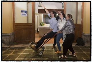 La directora general de BBC Mundo, Carolina Robino, junto a la productora Analía Llorente y el periodista Arturo Wallace, cargan con el peso de Juan Paullier, el corresponsal de BBC Mundo en México