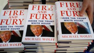 """Книга """"Огонь и ярость"""" продается в Ливерпуле, Британия"""