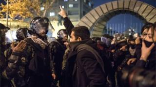 Iranian protester confronts policeman in Tehran (11/01/20)